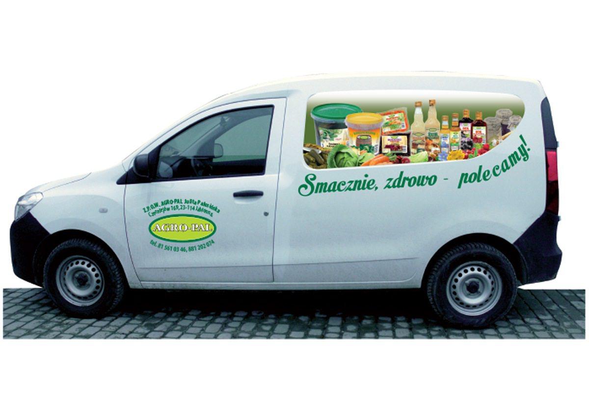 reklama na samochodzie producenta przetworów warzywno-owocowych